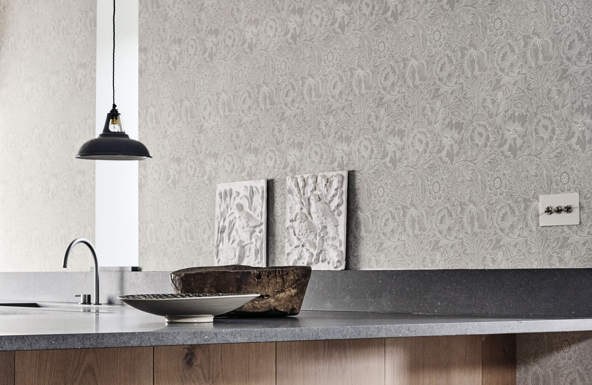 5-morris-pure-wallpaper-poppy-main-neutral-classic-pattern-kitchen-decor-interior-bowls-modern